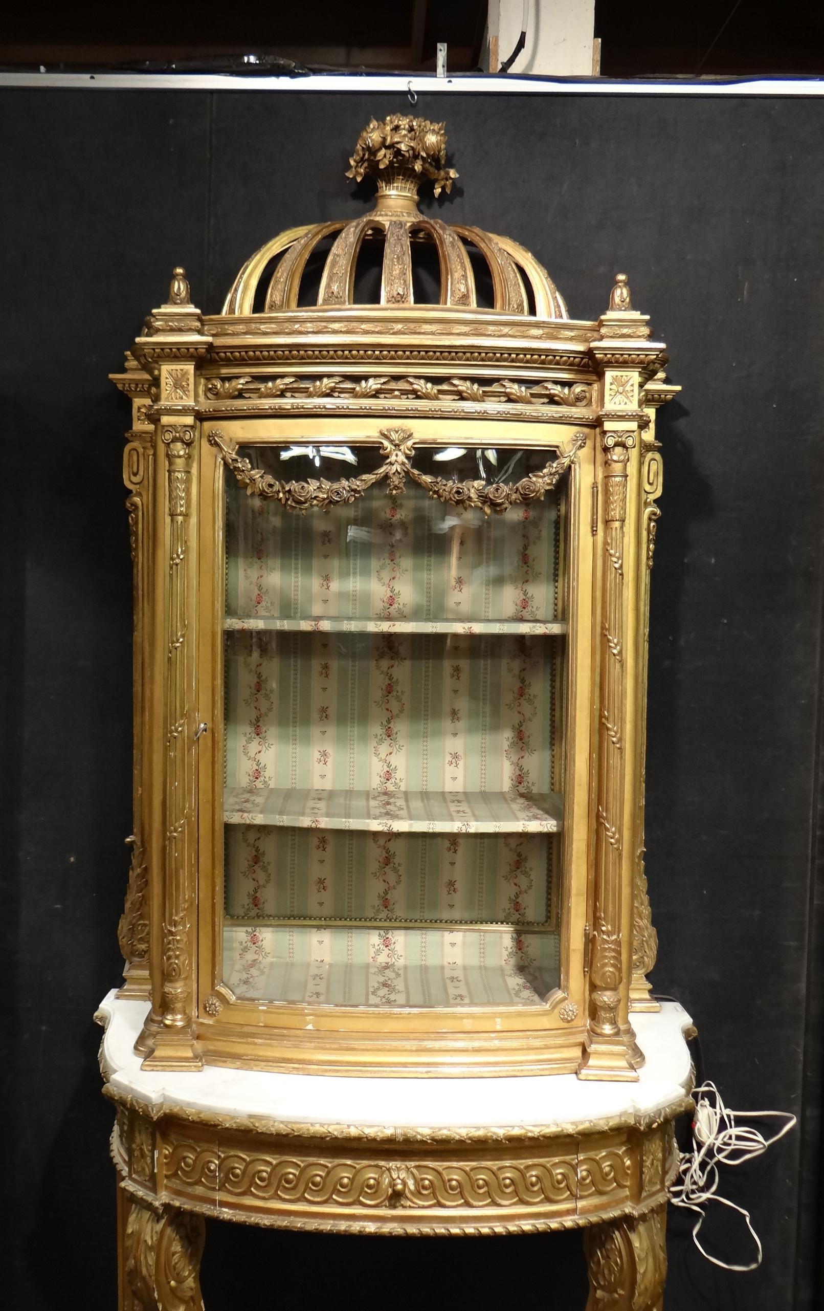 meuble vitrine poser de style louis xvi fin 19e d but 20es en bois dor sculpt. Black Bedroom Furniture Sets. Home Design Ideas